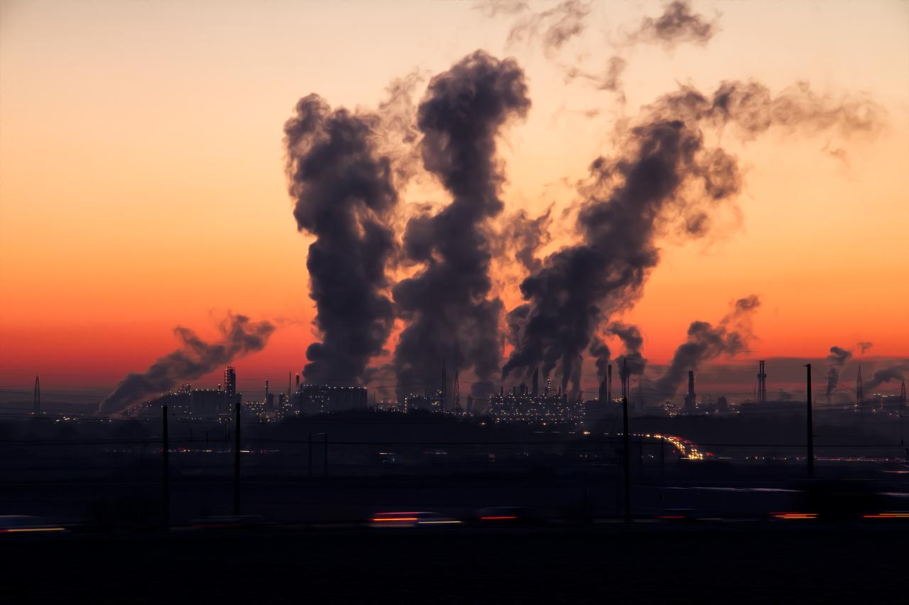 Fabryka i dym z kominów